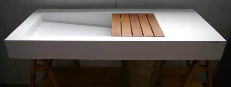 Nowoczesna umywalka z odpływem liniowym bocznym: styl , w kategorii  zaprojektowany przez Luxum,Nowoczesny