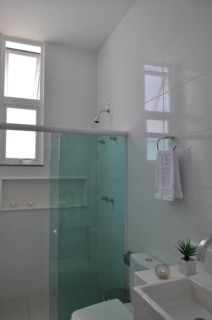 Branco total: Banheiros  por Libório Gândara Ateliê de Arquitetura,Moderno