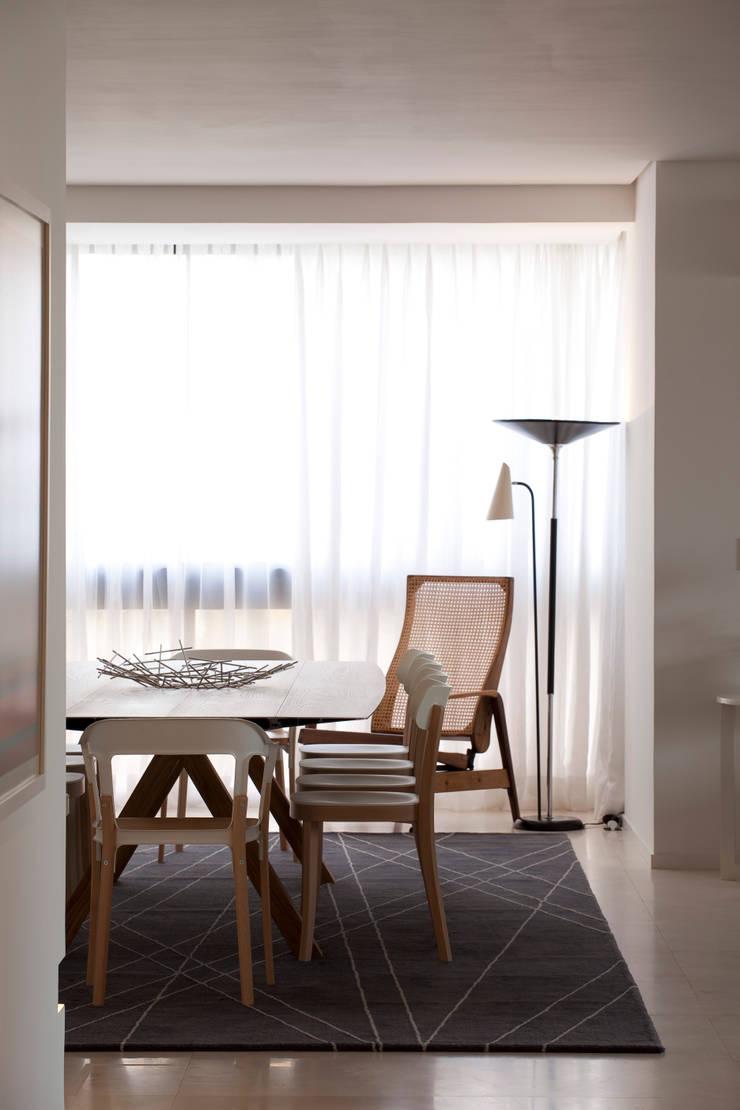 Apartamento Vila Nova Conceição 2: Salas de jantar  por Antônio Ferreira Junior e Mário Celso Bernardes