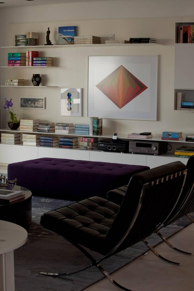 Apartamento Vila Nova Conceição 2: Salas de estar  por Antônio Ferreira Junior e Mário Celso Bernardes