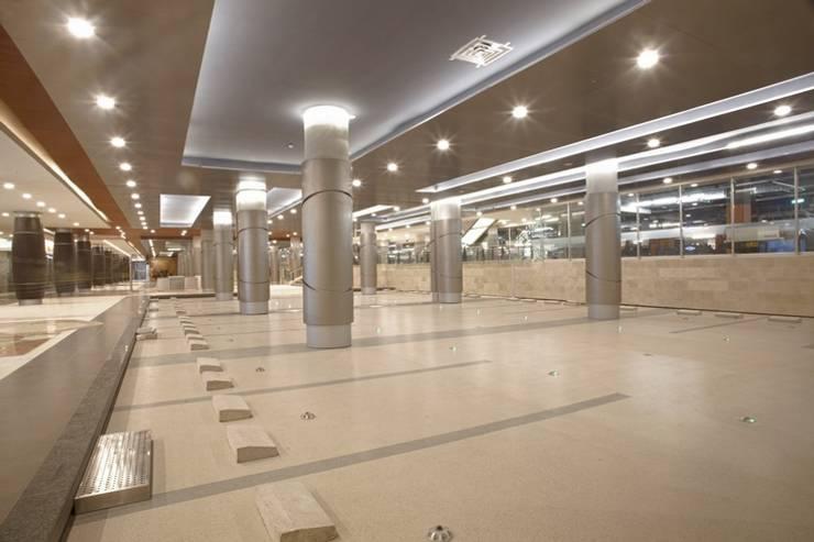 Estacionamiento en titan plaza: Centros comerciales de estilo  por Norca