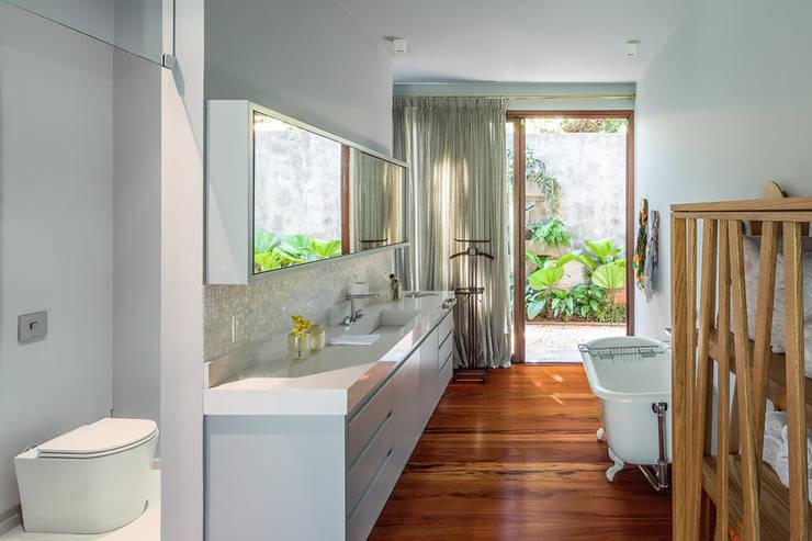 Residência Londrina 3: Banheiros  por Antônio Ferreira Junior e Mário Celso Bernardes