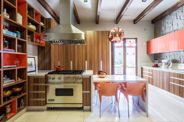 Residência Londrina 3: Cozinhas  por Antônio Ferreira Junior e Mário Celso Bernardes