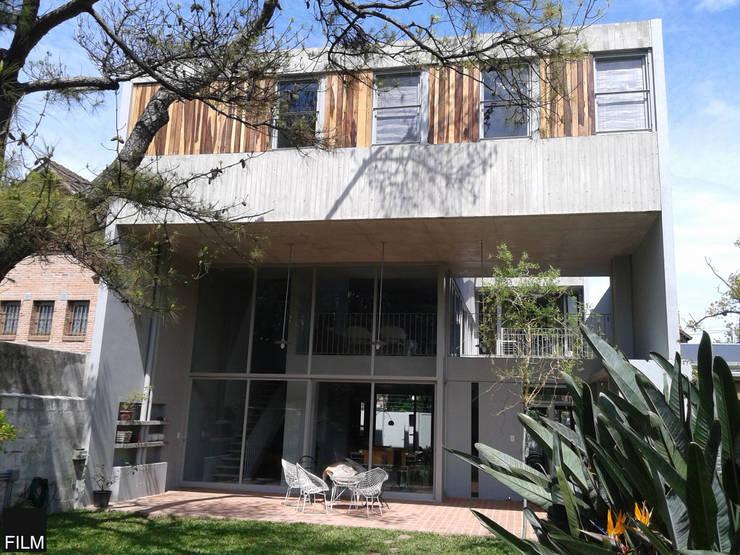 CASA EN BECCAR: Casas de estilo moderno por FILM OBRAS DE ARQUITECTURA