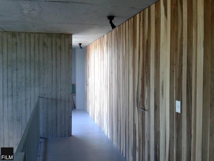 CASA EN BECCAR: Pasillos y recibidores de estilo  por FILM OBRAS DE ARQUITECTURA