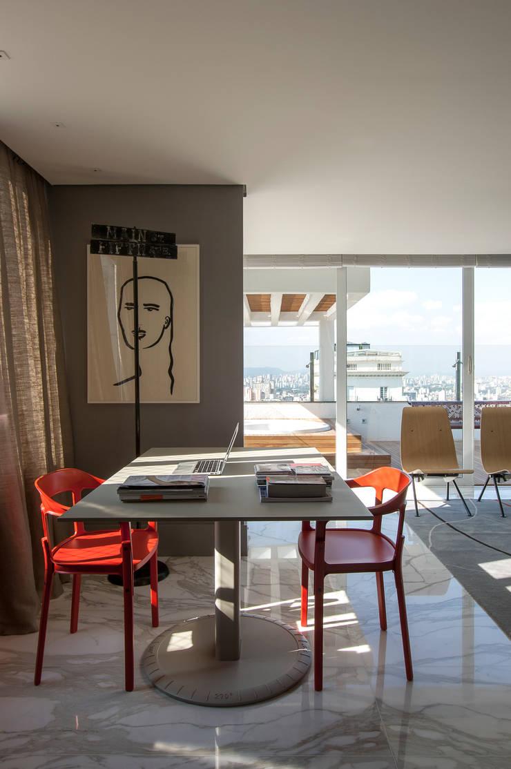 Apartamento Itacolomi: Escritórios  por Antônio Ferreira Junior e Mário Celso Bernardes