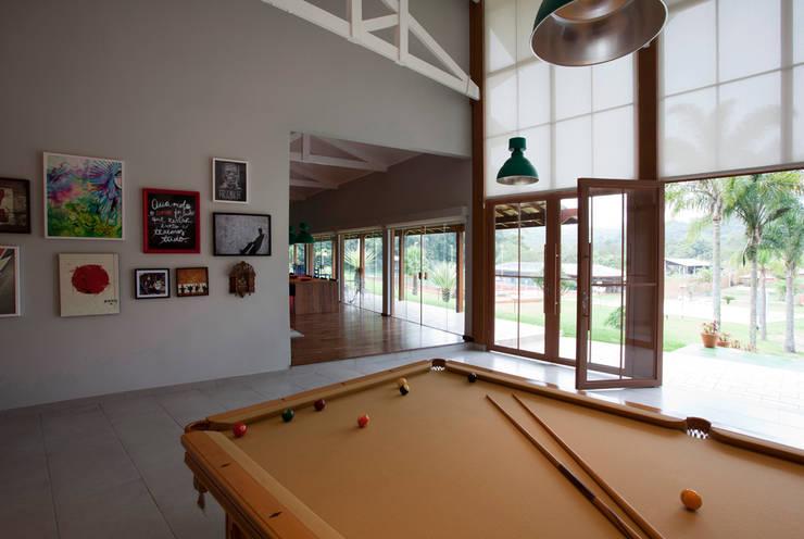 Residência Embu: Salas de estar  por Antônio Ferreira Junior e Mário Celso Bernardes