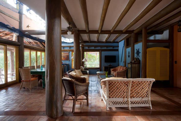 Salas de estilo  por MADUEÑO ARQUITETURA & ENGENHARIA