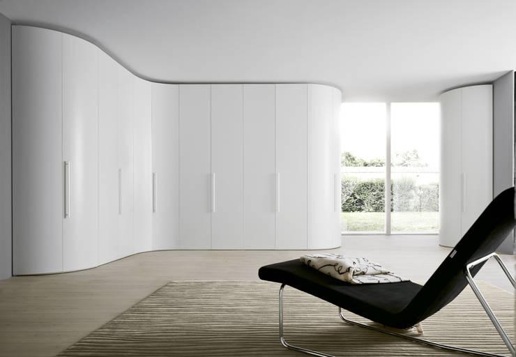 Eckschrank Novamobili Alfa Curco: moderne Schlafzimmer von Livarea