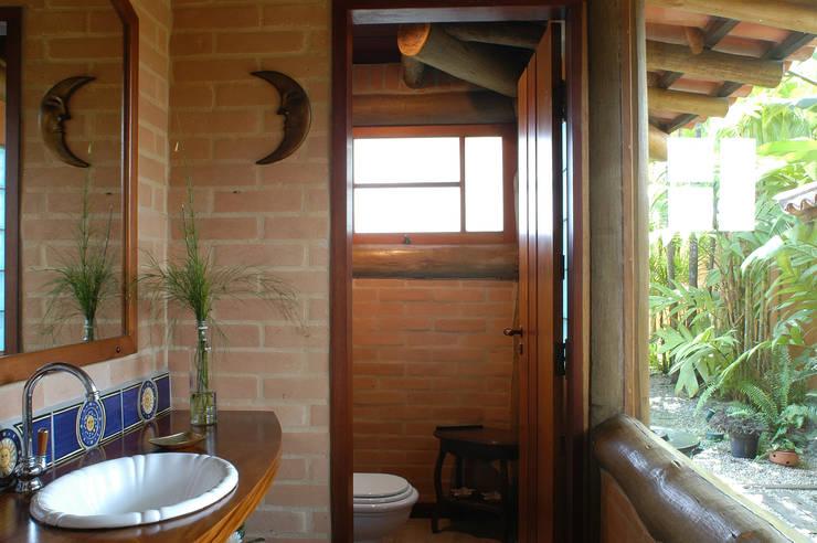 RESIDÊNCIA JRA: Banheiros  por MADUEÑO ARQUITETURA & ENGENHARIA,