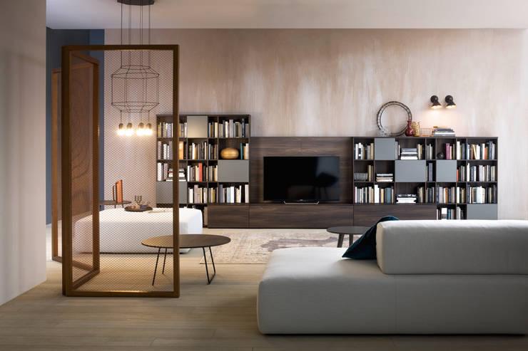 Tv Lowboard mir Bücherregal in Holz dunkler Ulme: moderne Wohnzimmer von Livarea