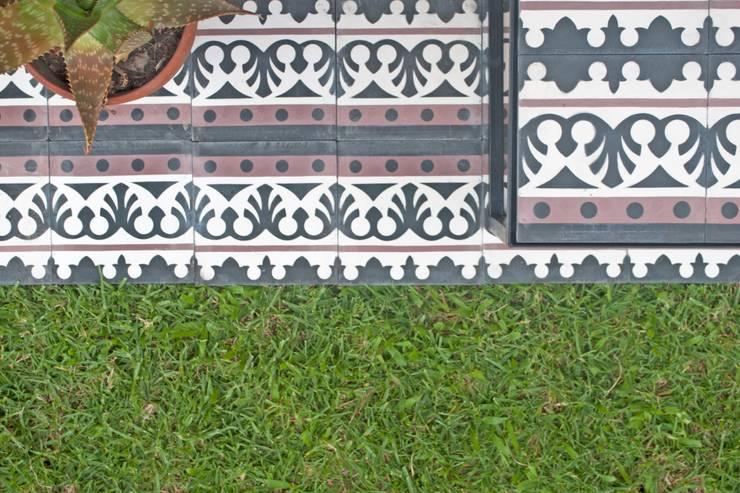 Mesa calcáreos: Balcones y terrazas de estilo  por TRIZZ