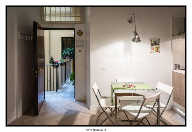 Bilocale44 L&A: Sala da pranzo in stile  di GINO SPERA ARCHITETTO
