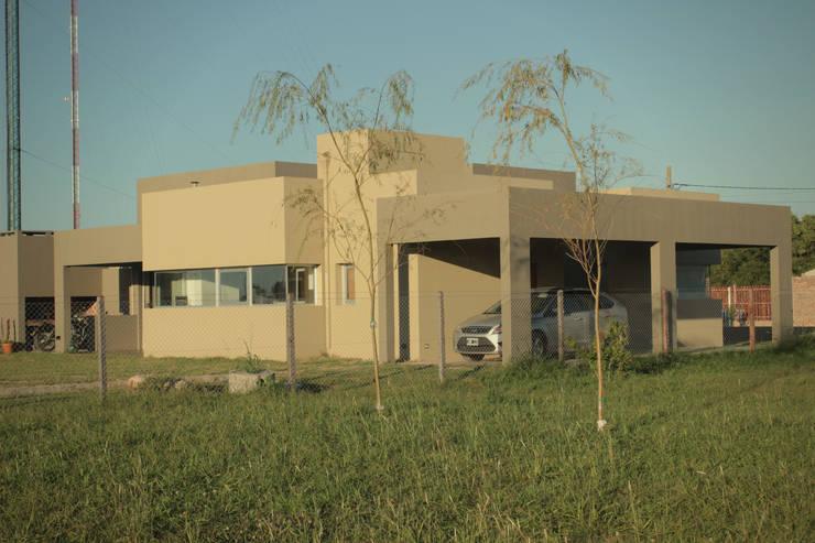 CASA MJM: Casas de estilo  por JORGELINA ALVAREZ  I arquitecta I