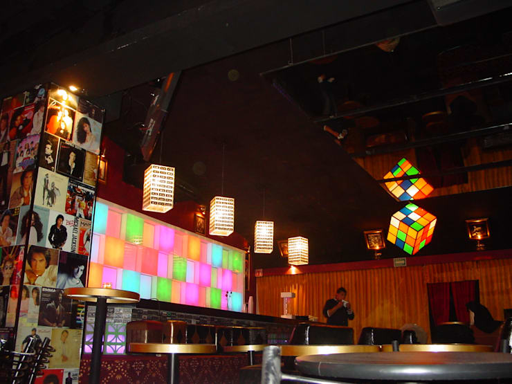 Barra: Bares y discotecas de estilo  por AQ3 Arquitectos