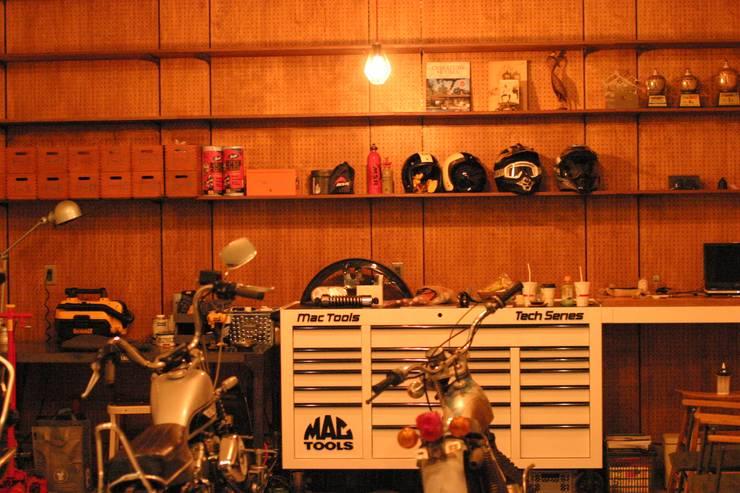 天高3m以上あるガレージがある家: HOUSETRAD CO.,LTDが手掛けたガレージです。