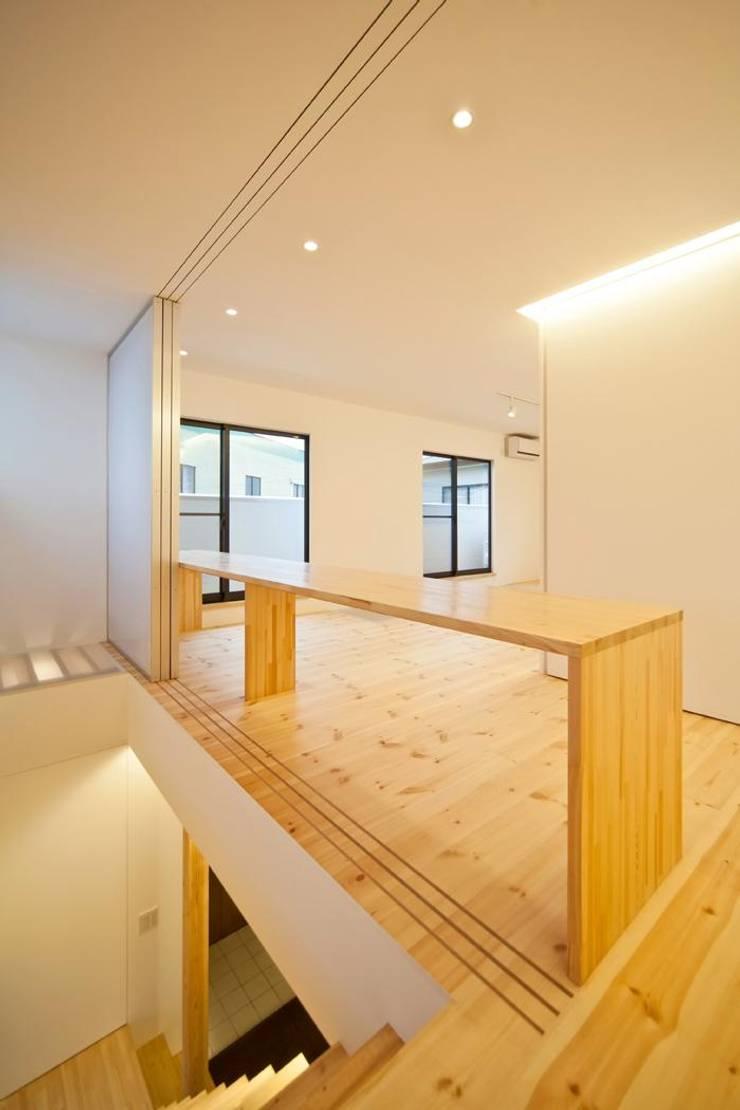 子世帯のリビング 〜みんなの場所〜: 星設計室が手掛けた和室です。,モダン 木 木目調