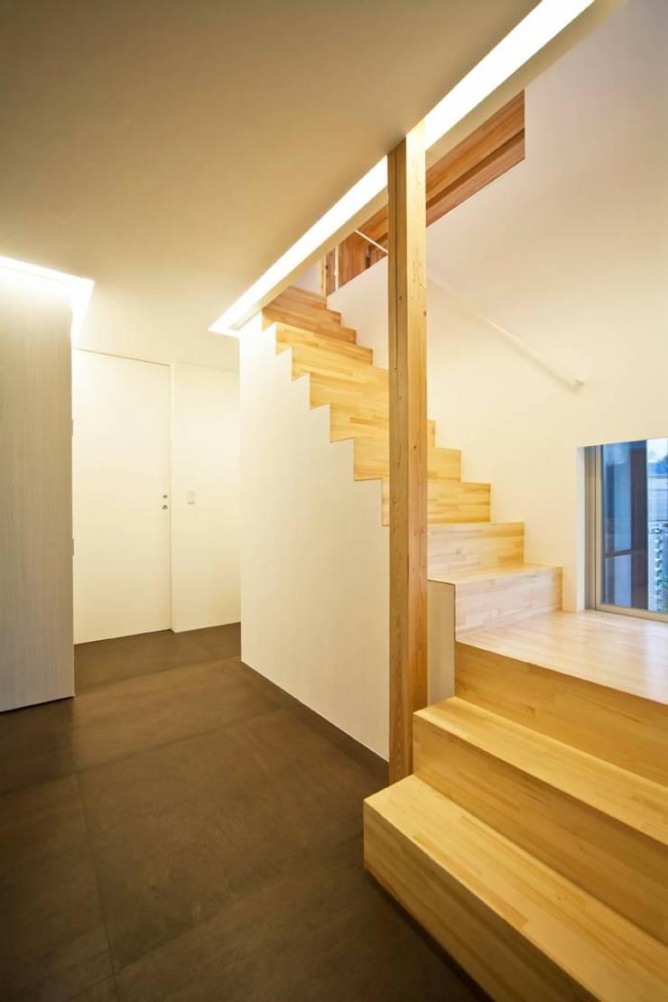 玄関ホールのリファイン: 星設計室が手掛けた廊下 & 玄関です。,モダン 木 木目調