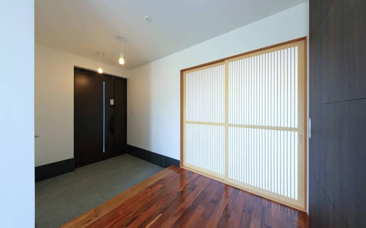 玄関ホール: 猪股浩介建築設計 Kosuke InomataARHITECTUREが手掛けた廊下 & 玄関です。,