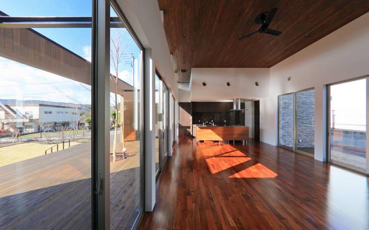 リビング: 猪股浩介建築設計 Kosuke InomataARHITECTUREが手掛けたリビングです。,