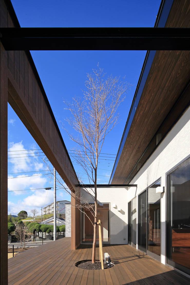 中庭: 猪股浩介建築設計 Kosuke InomataARHITECTUREが手掛けた庭です。,
