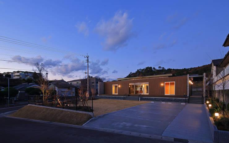 外観夕景: 猪股浩介建築設計 Kosuke InomataARHITECTUREが手掛けた家です。,