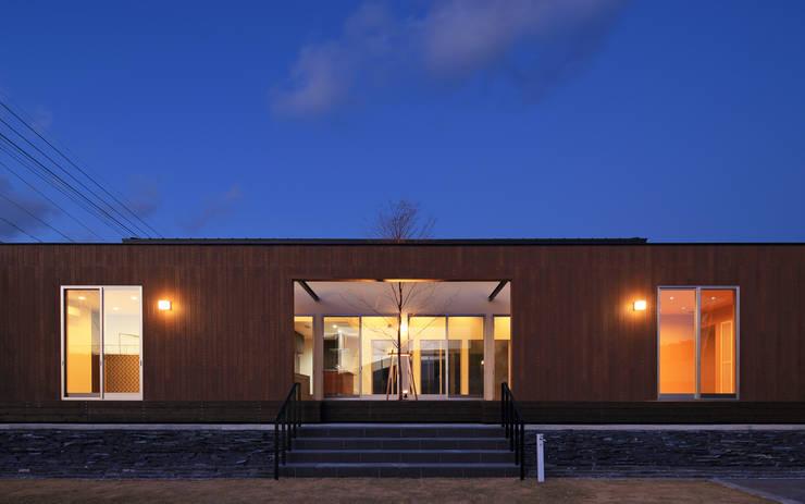 外観夕景2: 猪股浩介建築設計 Kosuke InomataARHITECTUREが手掛けた家です。,
