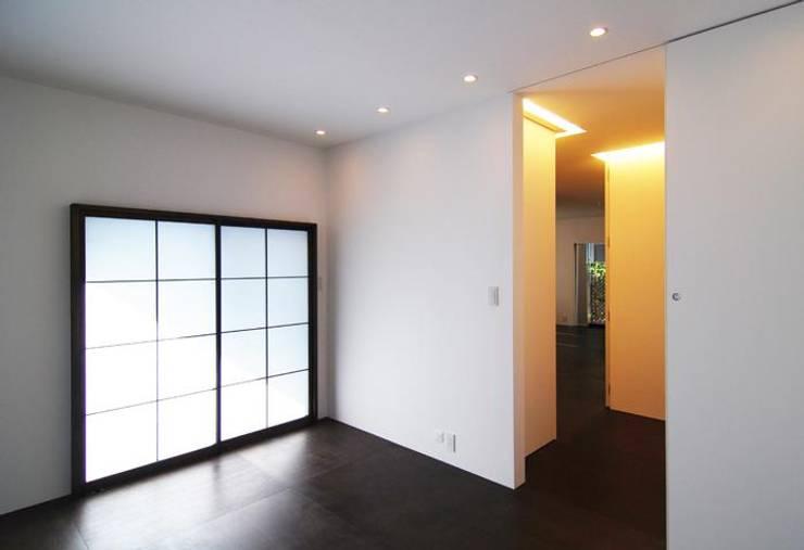 静かに眠れる寝室: 星設計室が手掛けた寝室です。,モダン 木 木目調