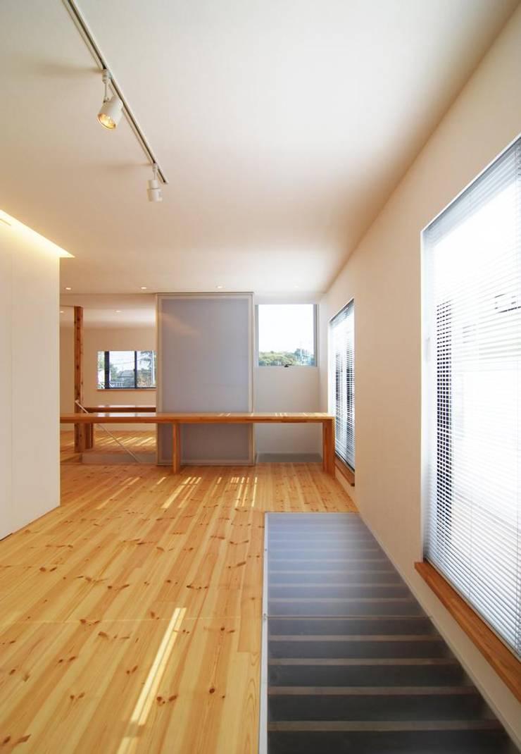 開放的な2階空間: 星設計室が手掛けたリビングです。,モダン 木 木目調