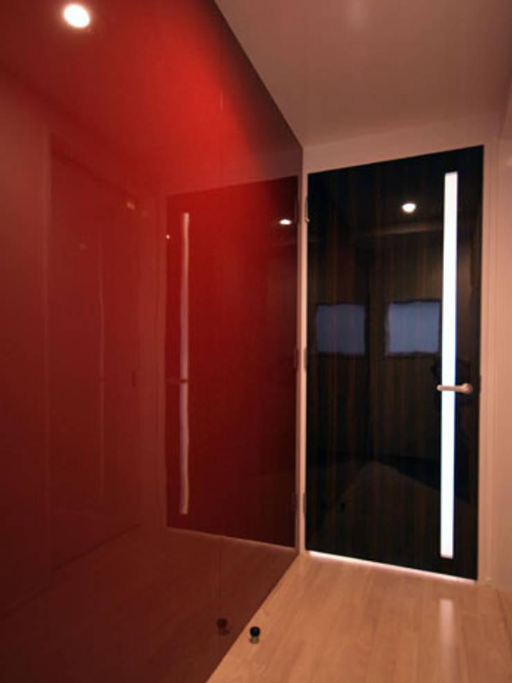 玄関: 株式会社伏見屋一級建築士事務所が手掛けた廊下 & 玄関です。