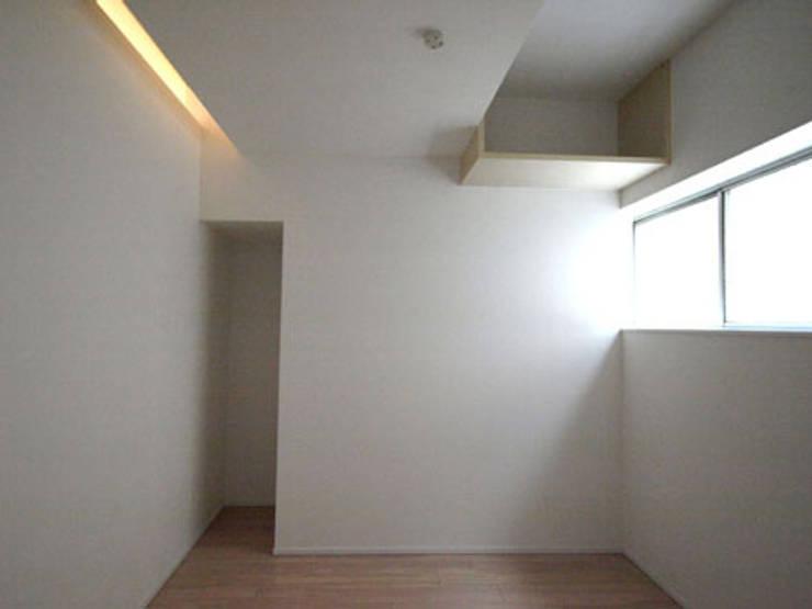 収納: 株式会社伏見屋一級建築士事務所が手掛けたガレージです。