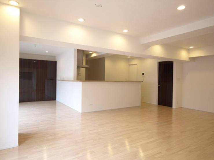 居間: 株式会社伏見屋一級建築士事務所が手掛けたキッチンです。
