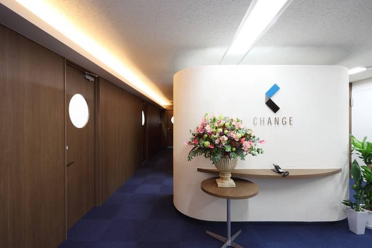 エントランス: 株式会社伏見屋一級建築士事務所が手掛けたオフィスビルです。,