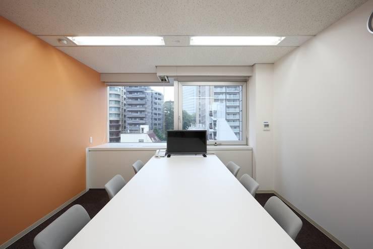 小会議室(打合利用): 株式会社伏見屋一級建築士事務所が手掛けたオフィスビルです。,