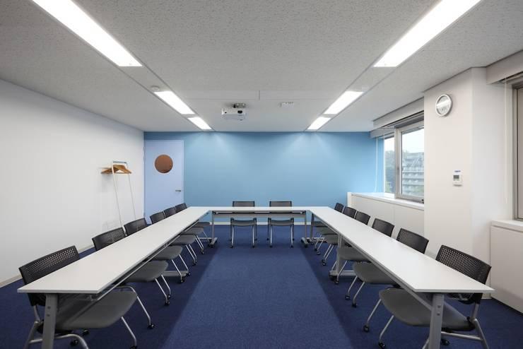 大会議室(打合利用&セミナー利用): 株式会社伏見屋一級建築士事務所が手掛けたオフィスビルです。,