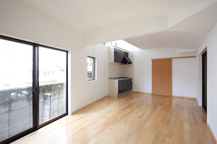 居間: 株式会社伏見屋一級建築士事務所が手掛けた和室です。