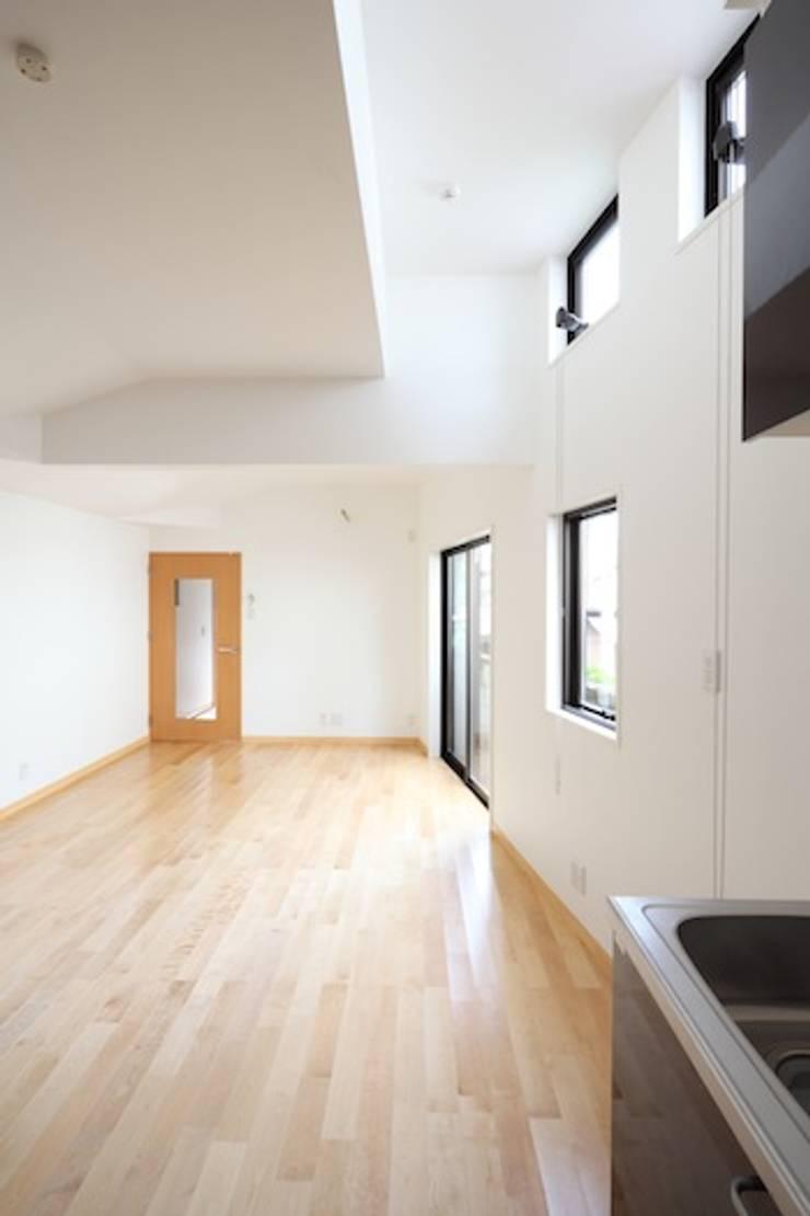 高窓: 株式会社伏見屋一級建築士事務所が手掛けた和室です。