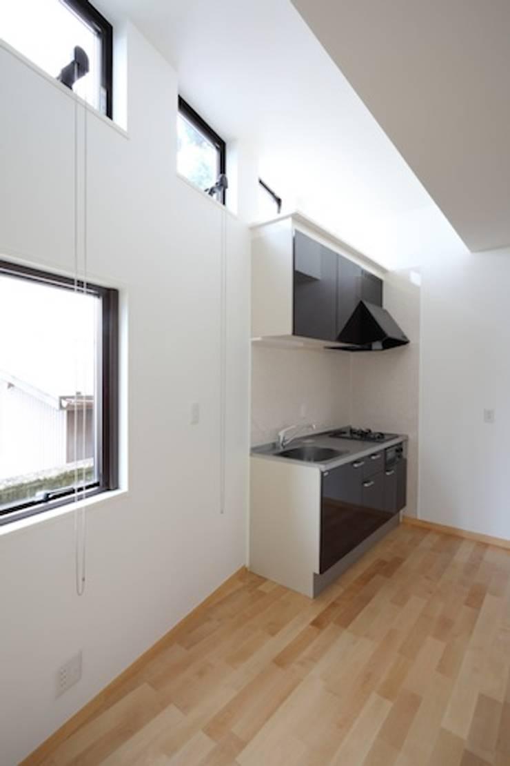 高窓: 株式会社伏見屋一級建築士事務所が手掛けたキッチンです。