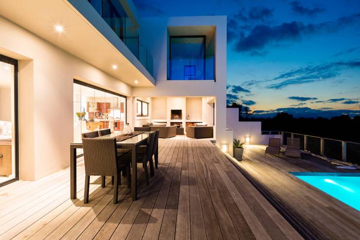 Maison contemporaine avec grande terrasse et piscine par ...