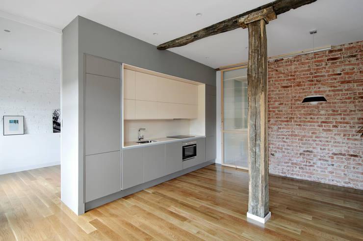 Reconversión de un txoko en vivienda: Pasillos y vestíbulos de estilo  de Garmendia Cordero arquitectos