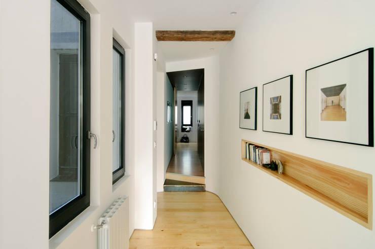 Projekty,  Korytarz, przedpokój zaprojektowane przez Garmendia Cordero arquitectos