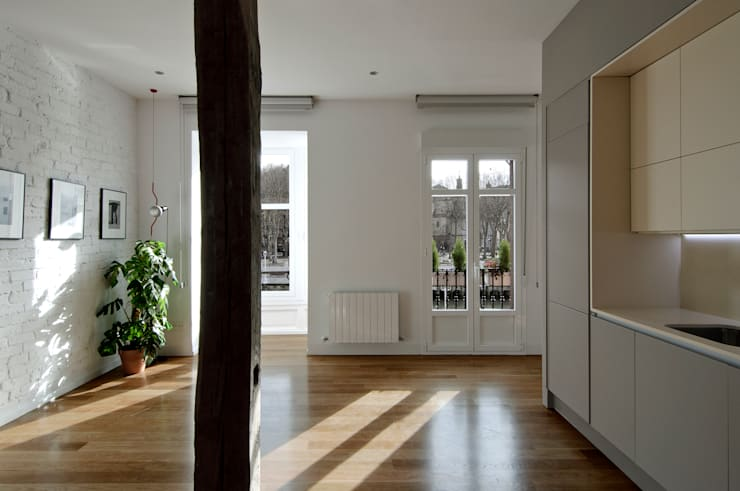 Salon de style  par Garmendia Cordero arquitectos, Moderne