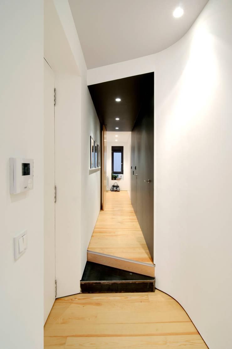 Couloir et hall d'entrée de style  par Garmendia Cordero arquitectos, Moderne