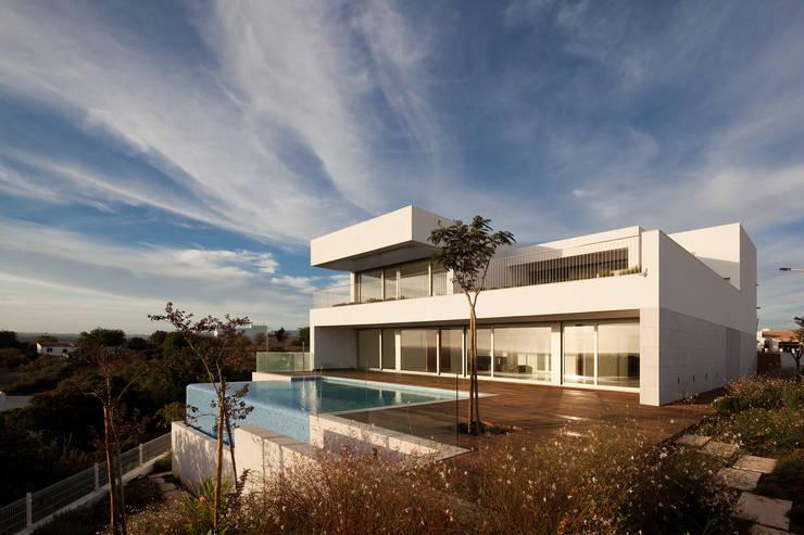 Projekty, nowoczesne Domy zaprojektowane przez MOM - Atelier de Arquitectura e Design, Lda