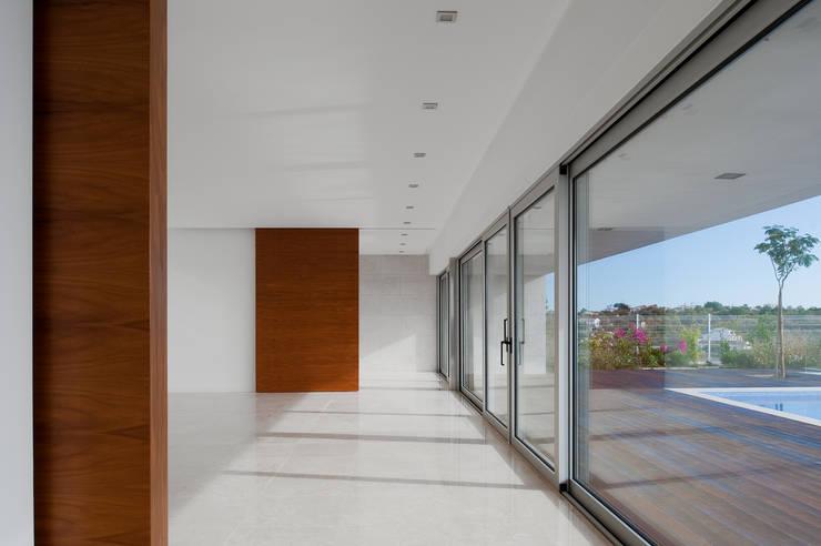 MOM - Atelier de Arquitectura e Design, Lda:  tarz Oturma Odası