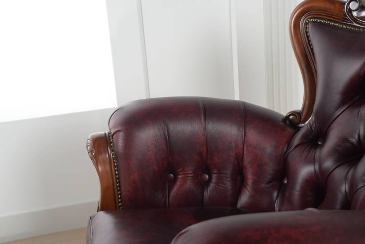 퀸소파(가죽)레드: 피어젠의  거실