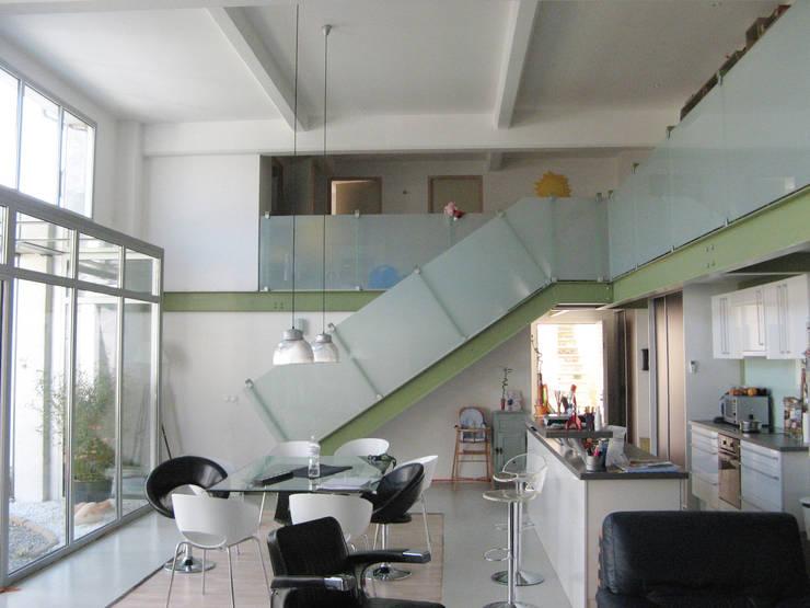 Loft F: Couloir et hall d'entrée de style  par FAVRE LIBES Architectes