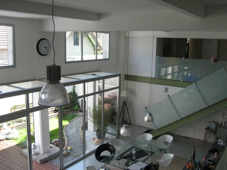 Loft F: Salon de style  par FAVRE LIBES Architectes