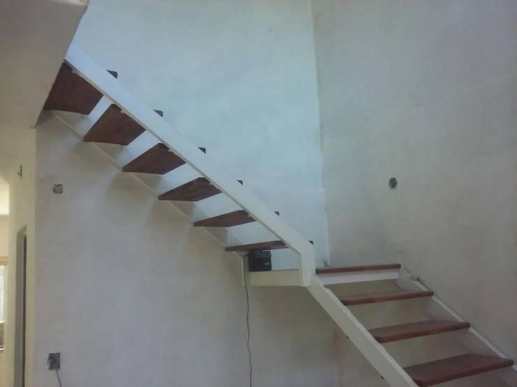 Vestíbulos, pasillos y escaleras de estilo  por Herrería Lucas