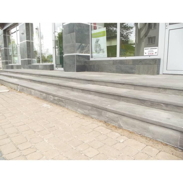 Kwarco-Piaskowiec Kandla Grey: styl , w kategorii Korytarz, przedpokój zaprojektowany przez Kamienie Naturalne Chrobak ,Klasyczny Kamień